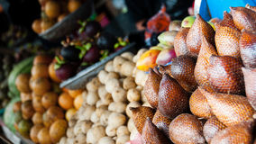 Tipos diferentes de frutos exóticos para a venda na Imagem de Stock
