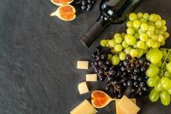 Tipos diferentes de grapess com a garrafa do vinho Fotos de Stock Royalty Free