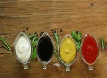 Tipos diferentes de molhos nos molhos Imagens de Stock Royalty Free
