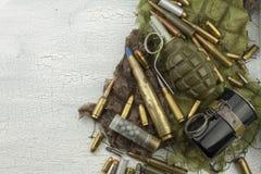 Tipos diferentes de munição em um fundo da camuflagem Preparação para a guerra Foto de Stock Royalty Free