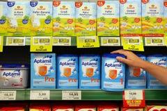 Tipos diferentes de nutrição do bebê em um supermercado imagens de stock