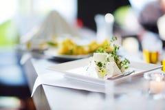 Tipos diferentes de petiscos do vinho e de queijos dos variuos na tabela branca Fotografia de Stock Royalty Free