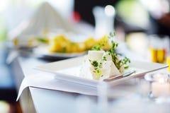 Tipos diferentes de petiscos do vinho e de queijos dos variuos na tabela branca Fotos de Stock