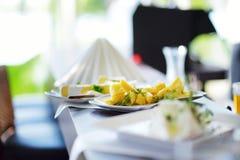 Tipos diferentes de petiscos do vinho e de vários queijos na tabela branca Imagens de Stock