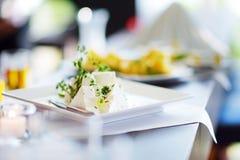 Tipos diferentes de petiscos e de queijos do vinho na tabela branca Foto de Stock