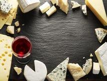 Tipos diferentes de queijos com vidro de vinho Fotografia de Stock