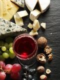 Tipos diferentes de queijos com vidro e frutos de vinho Foto de Stock Royalty Free