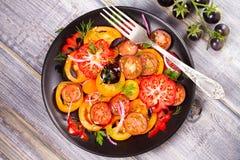 Tipos diferentes de salada dos tomates, da salsa, do aneto e da cebola vermelha Fotos de Stock Royalty Free