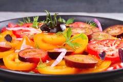 Tipos diferentes de salada dos tomates, da salsa, do aneto e da cebola vermelha Fotografia de Stock