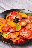 Tipos diferentes de salada dos tomates, da salsa, do aneto e da cebola vermelha Imagens de Stock