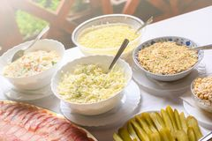 Tipos diferentes de saladas deliciosas Tabela do alimento do dia do casamento fotografia de stock royalty free