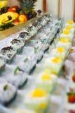 Tipos diferentes de sobremesa do bufete colocados na tabela Conceito delicioso do raut do restaurante Imagens de Stock Royalty Free