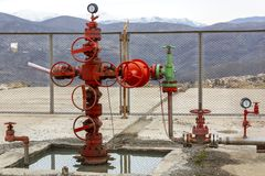 Tipos diferentes de válvulas e de indicadores na indústria petroleira fotografia de stock