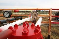 Tipos diferentes de válvulas e de indicadores na indústria petroleira fotos de stock