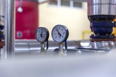 Tipos diferentes de válvulas e de indicadores na indústria petroleira imagens de stock