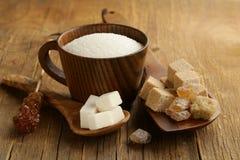 Tipos diferentes do açúcar - marrom, açúcar branco, refinado fotos de stock