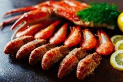 Tipos diferentes do camarão e carne de caranguejo com ervas e limão Imagens de Stock Royalty Free