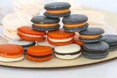Tipos diferentes dos bolinhos de amêndoa na pilha no fundo claro Fotos de Stock Royalty Free
