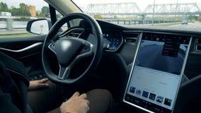 Tipos do motorista em um monitor quando um carro que vai no piloto automático, fim acima vídeos de arquivo