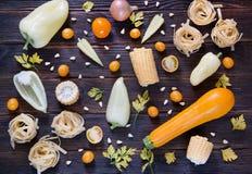 Tipos sortidos de vegetais hued amarelos Wiev superior fotografia de stock royalty free