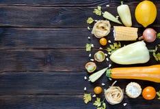 Tipos sortidos de vegetais hued amarelos Wiev superior com s vazio fotografia de stock