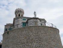 Am Tipp der Halbinsel in Piran ist die Kirche von St Clement und von Leuchtturm Lizenzfreie Stockfotos