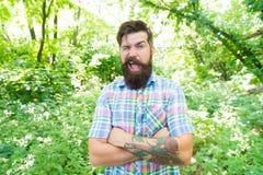 Tippa en blinkning Caucasian man på sommarlandskap Skäggig man med orakat skägghår på caucasian framsida caucasian royaltyfria foton