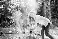 Tippar varje campare bör veta om lägereldmatlagning Flicka i mat för matlagning för sugrörhatt på lägereldnaturbakgrund arkivfoto