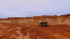 Tipper ciężarówka niesie piasek Trutnia widok usyp ciężarówki odtransportowania piasek na łupie zdjęcie wideo