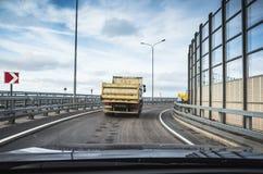 Tipper Iindustrial φορτηγό στο δρόμο ασφάλτου, οπισθοσκόπο στοκ φωτογραφία με δικαίωμα ελεύθερης χρήσης