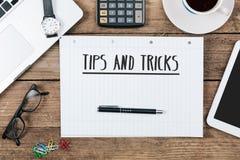 Tipps, Tricks auf Notizbuch auf Schreibtisch mit Computertechnologie Lizenzfreie Stockfotografie