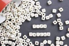 Tipps und Tricks fassen geschrieben auf hölzernen Block ab Hölzernes ABC Lizenzfreie Stockfotografie