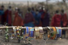 Tipycal Andenken des Masais an einem Dorf Lizenzfreie Stockfotografie