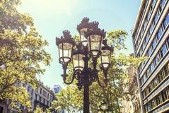 Tipycalstraatlantaarn in Barcelona wordt gesitueerd dat stock foto