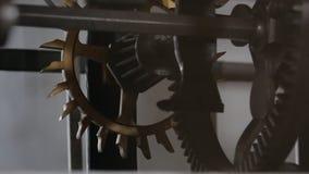 Tiquetaque velho do maquinismo de relojoaria video estoque
