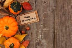 Étiquette heureuse de cadeau de thanksgiving avec la frontière de côté d'automne au-dessus du bois Image stock