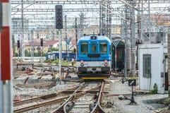 Tiré capturant l'avant d'un train avec vue sur les voies multiples vues dans les environs photos stock