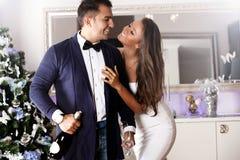 Tiré d'un jeune couple heureux dans l'amour célébrant Noël Photographie stock