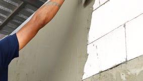 Tiré d'un plâtrier ajoutant le plâtre lisse à un mur de plaque de plâtre clips vidéos