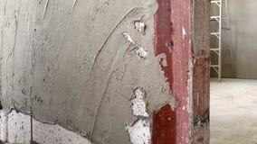 Tiré d'un plâtrier ajoutant le plâtre lisse à un mur de plaque de plâtre banque de vidéos
