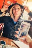 Tiré d'une fille prenant une photo d'un son ami avec le téléphone portable Photos libres de droits