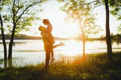 Tiré d'une jeune cuvette de liaison de couples marchant dans la nature Photos libres de droits