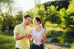 Tiré d'une jeune cuvette de liaison de couples marchant dans la nature Image libre de droits