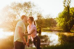 Tiré d'une jeune cuvette de liaison de couples marchant dans la nature Photos stock