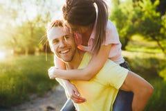 Tiré d'une jeune cuvette de liaison de couples marchant dans la nature Images stock