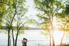 Tiré d'une jeune cuvette de liaison de couples marchant dans la nature Image stock