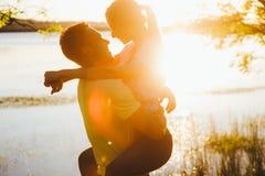 Tiré d'une jeune cuvette de liaison de couples marchant dans la nature Photographie stock