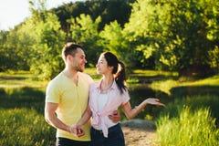 Tiré d'une jeune cuvette de liaison de couples marchant dans la nature Photographie stock libre de droits