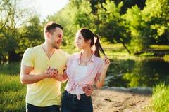 Tiré d'une jeune cuvette de liaison de couples marchant dans la nature Images libres de droits