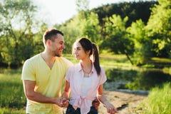 Tiré d'une jeune cuvette de liaison de couples marchant dans la nature Photo stock